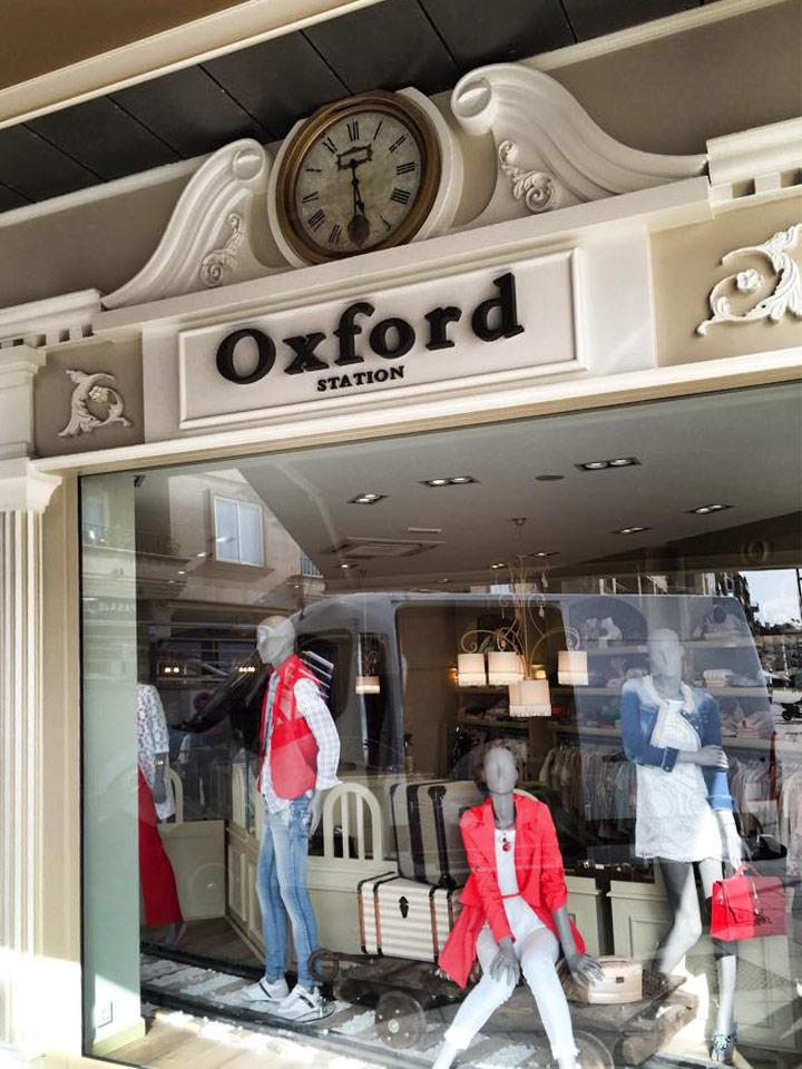 facha de tienda de ropa con letras corporeas