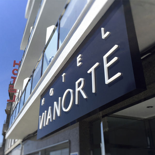 Rótulo dibond con letras metacrilato para hotel - ESPACIO DIXITAL